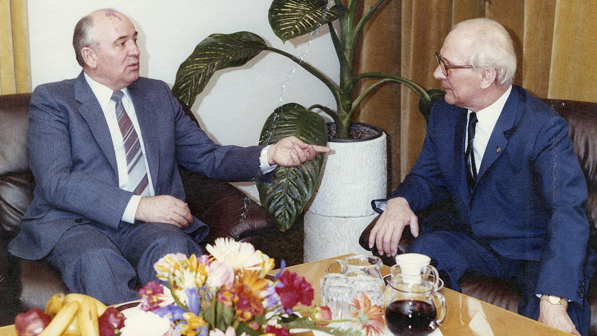 Das Bild zeigt Michail Gorbatschowund Erich Honeckerim Gespräch.