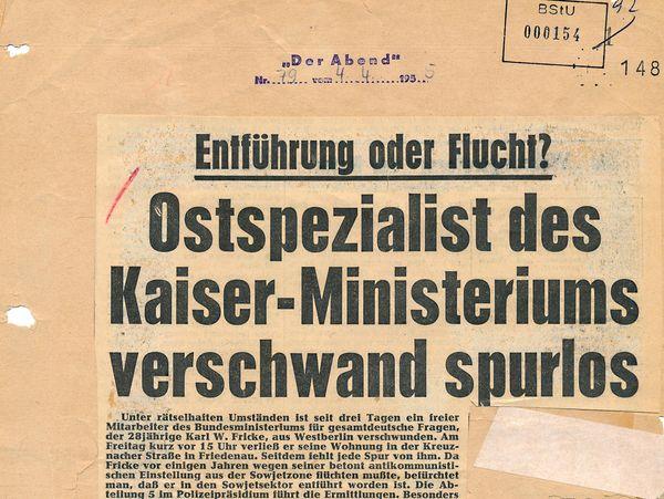 [Zu sehen ist ein aufgeklebter Zeitungsausschnitt der Zeitung 'Der Abend' vom 04.04.1955 (Nr. 79) über das Verschwinden des DDR-kritischen Westberliner Karl Fricke, der freier Mitarbeiter des Bundesministeriums für gesamtdeutsche Fragen war.]