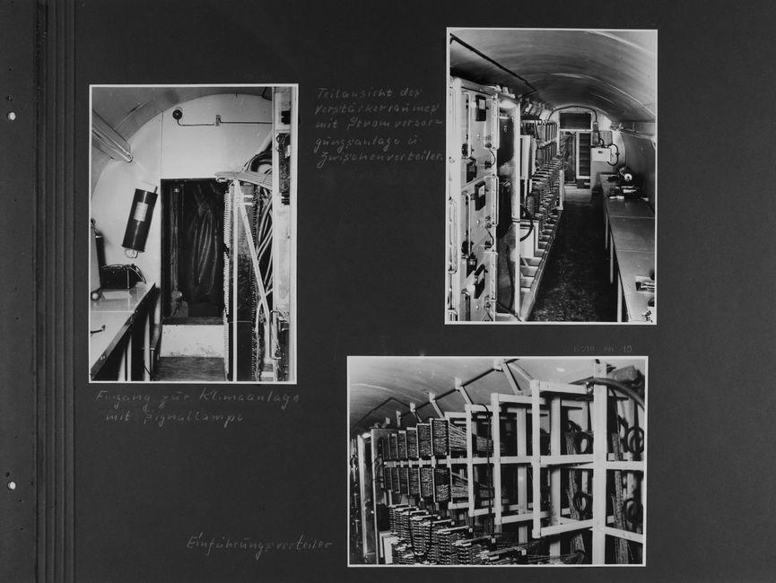 [Bild 1: Das Ende des lang gezogenen Tunnels mit gewölbter Decke ist zu sehen. Auf der linken Seite sind Tische und Röhrenlampen, auf der rechten Schaltanlagen. An der Stirnseite ist dann ein rechteckiger Durchbruch, dahinter ein nichttextiler Vorhang. Darüber befindet sich eine Leuchte.] [handschriftliche Ergänzung: Eingang zur Klimaanlage mit Signallampe]  [Bild 2: Ein weiterer Blick in den Tunnelgang. Links sind zuerst Schaltanlagen, dahinter Verteileranlagen zu sehen. Auf der rechten Seite stehen Tische. An der Stirnseite ist ein Durchgang, darüber eine Lüftung.] [handschriftliche Ergänzung: Teilansicht des Verstärkerraums mit Stromversorgungsanlage u. Zwischenverteiler]  [Bild 3: Es ist eine Nahaufnahme eines Regals aus Metallstreben zu erkennen, an denen Kabelbäume in ordentlichen Strängen befestigt wurden. Das letzte obere Drittel ist noch frei.] [handschriftliche Ergänzung: Einführungsverteiler]