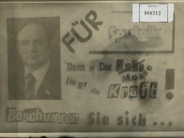 Handzettel mit der Aufschrift: 'Für Sputnik. Denn in der Masse liegt die Kraft! Beschweren Sie sich...' Links neben dem Text ist ein Portraitfoto von Michail Gorbatschow abgebildet.