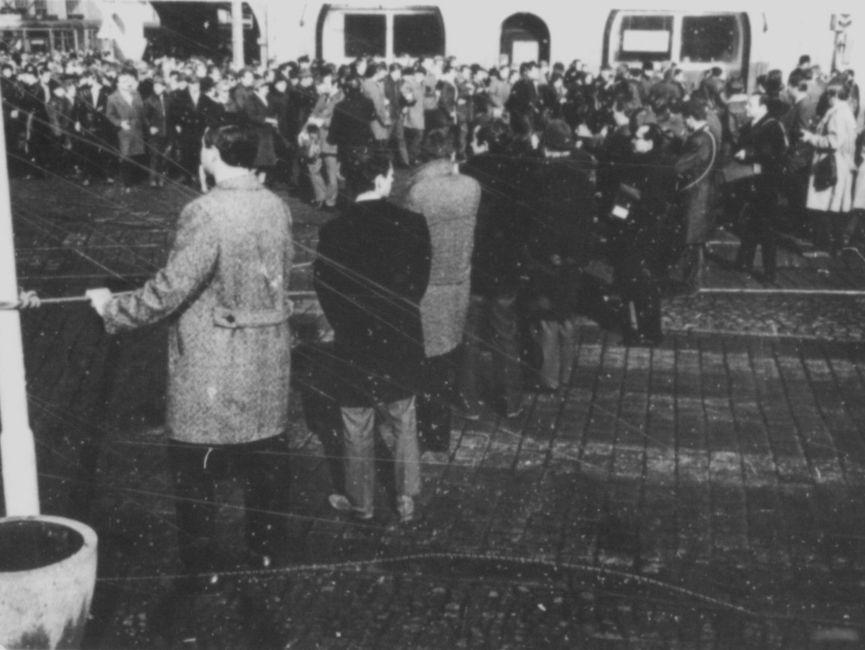 Die Menschen versammelten sich am Tag des Besuchs von Willy Brandt rund um den Hauptbahnhof in Erfurt. Absperrungen sollten verhindern, dass die Menschenmenge auf den Bahnhofsvorplatz vordringen.