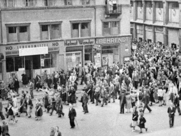 Kundgebung vor der Dienststelle der Staatssicherheit auf dem Leninplatz in Görlitz.
