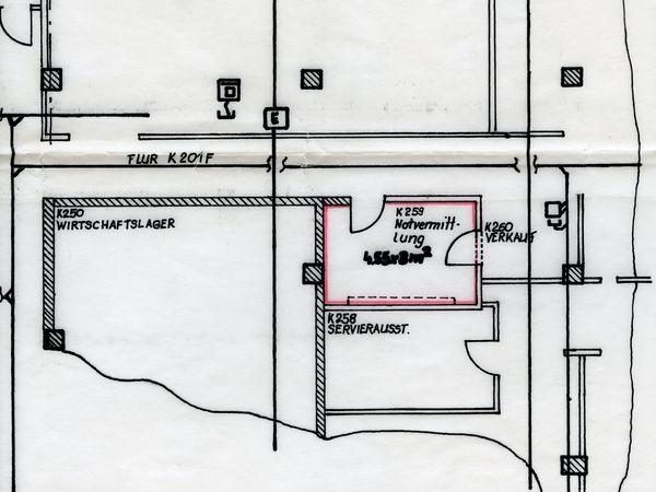 [Technische Zeichnung eines Ausschnittes des Dresdener Hotelneubaus 'Bellevue'. Beschriftet wurden die Telefonzentrale, der Flur, das Wirtschaftslager sowie die Servierausstellung und der Verkauf. Allein die Notvermittlung wurde rot umrahmt und zusätzlich wurde nachträglich notiert: 4,55x3m^2]  Hotelneubau Dresden