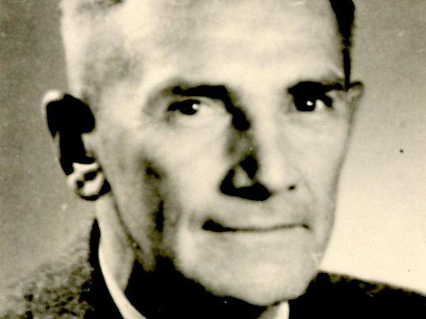 Das Bild zeigt Karl vonm Kraus auf einem Passfoto.