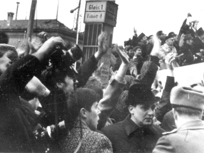 Die Menge auf dem Platz vor dem 'Erfurter Hof' winkte für Willy Brandt. Die Arme sind nach oben gestreckt.