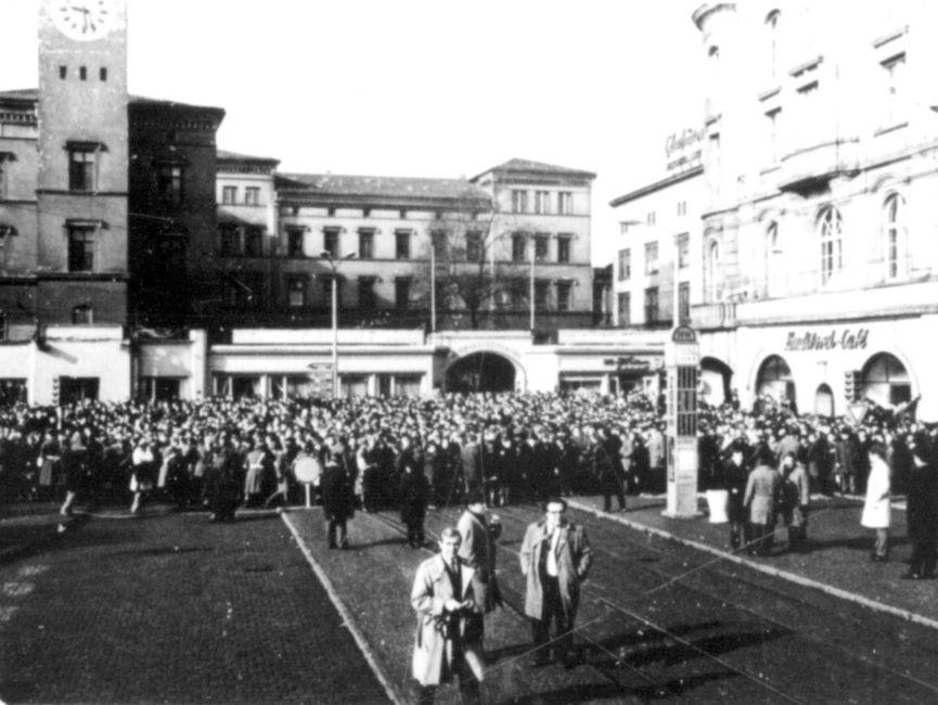 Doch einem Teil der Menge gelang, die Absperrungen zu durchbrechen. Vor dem Bahnhofsgebäude warteten sie auf das Eintreffen von Willy Brandt.