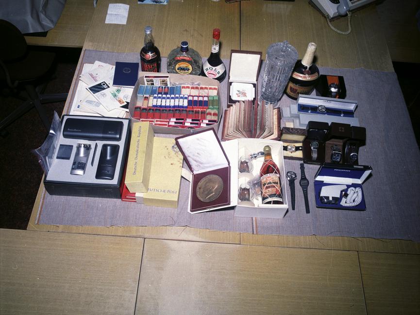 Beschlagnahmte Gegenstände in den Büroräumen Erich Mielkes.