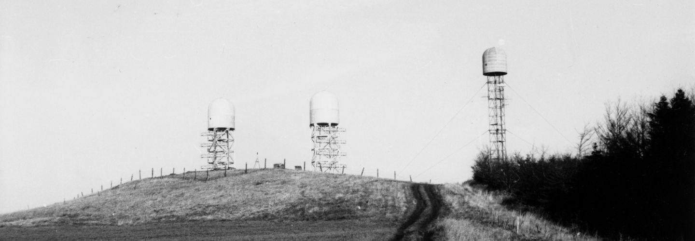 Drei Funkanlagen ('Beehive') des MfS auf einem Feld