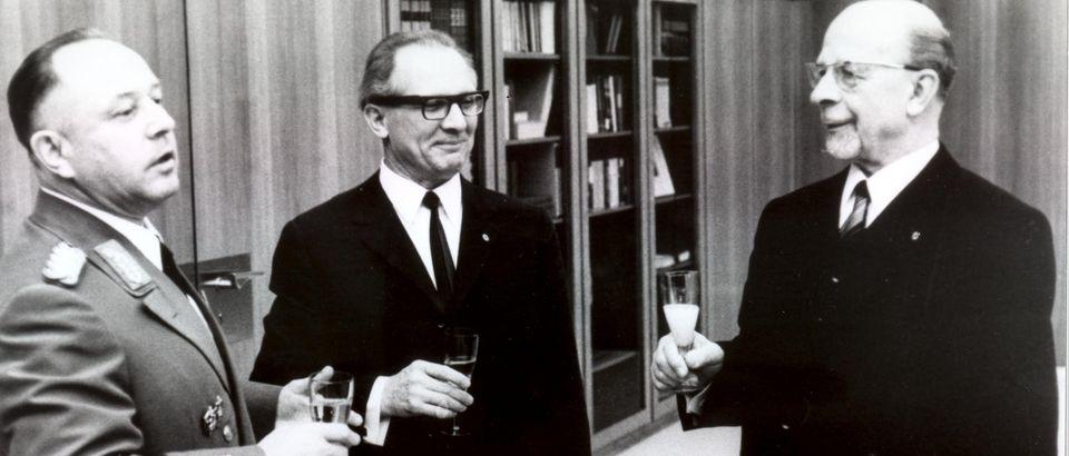 Erich Mielke, Erich Honecker und Walter Ulbricht bei einem Empfang zum 20. Jahrestages des MfS.