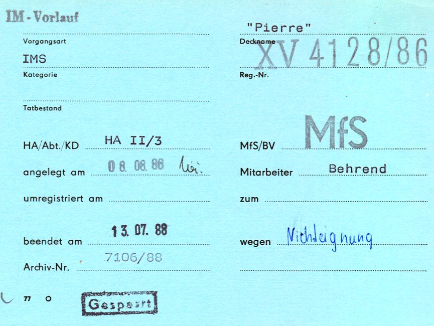 [Auf der blauen Karteikarte 'Formblatt 77' sind im oberen Drittel die Angaben zur Vorgangsart (hier ein IM-Vorlauf), deren Kategorie und ggf. auch der Tatbestand auszufüllen. Verschlüsselt wurde dies mittels Angabe des Decknamens ('Pierre') und der Registriernummer (XV 4128/86). Im mittleren Drittel sind erneut die internen Angaben für den zuständige Dienstheit des MfS oder des BVfS erfasst. Neben dem Anlegedatum ist der verantwortliche Mitarbeiter angegeben, etwaige Veränderungen der Vorgangsart wurden darunter eingetragen. Das letzte Drittel wurde erst bei Beendigung des Vorgangs ausgefüllt. Unter dem Enddatum steht die Archiv-Nummer, rechts daneben der Grund zum Schließen des Vorgangs [hier handschriftlich: Nichteignung]. Zusätzlich wurde die Bemerkung 'Gesperrt' aufgestempelt.]