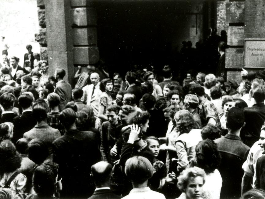 Demonstranten vor dem Tor der Untersuchungshaftanstalt in der Kleinen Steinstraße in Halle.