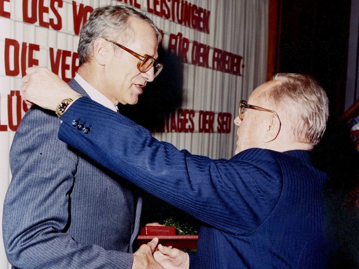 Erich Mielke verabschiedet Markus Wolf aus dem aktiven Dienst. Die beiden Männer reichen sich die Hände. Mielke legt dabei seine linke Hand auf Wolfs Schulter.