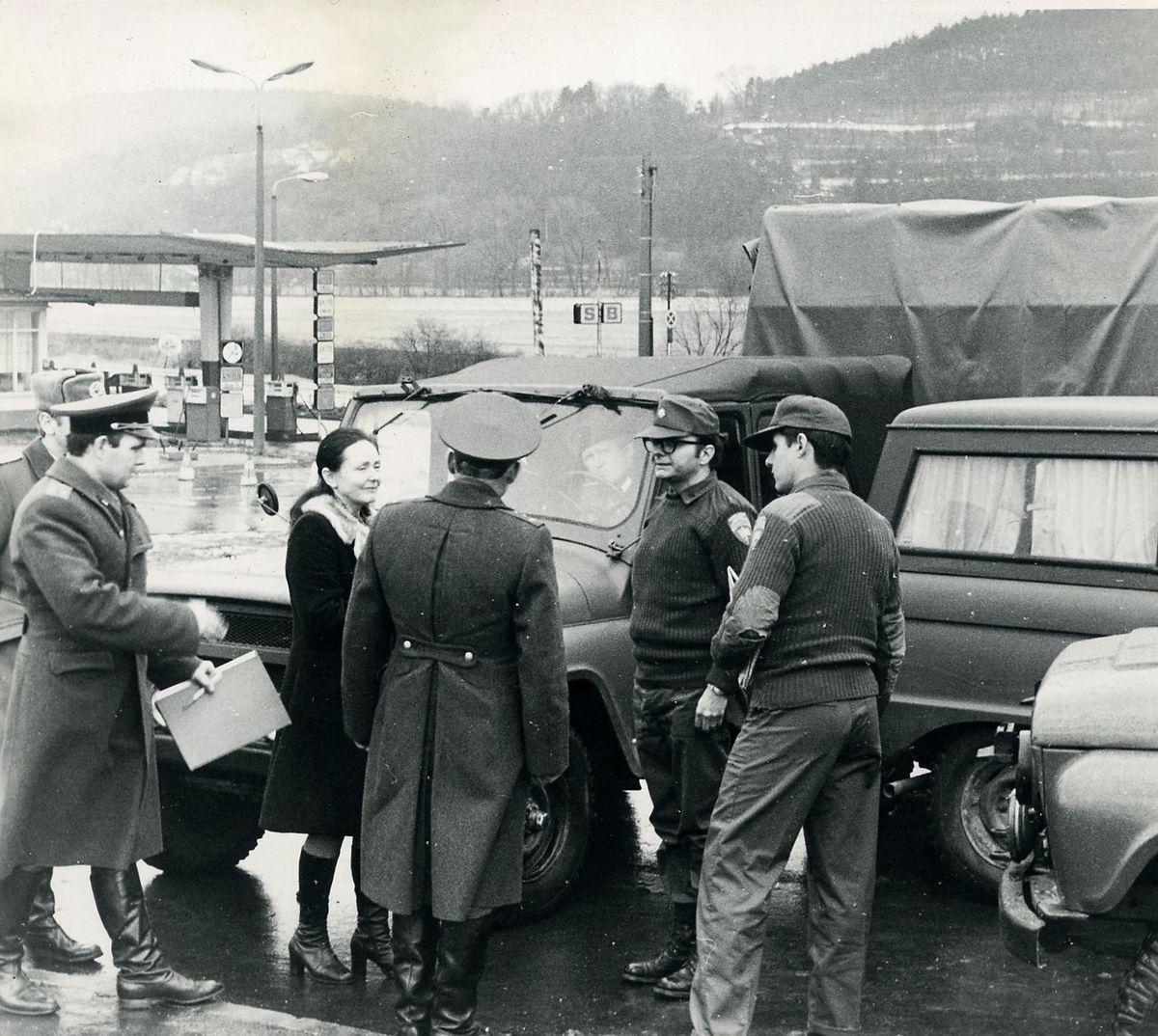 Blockade an einer Tankstelle bei Bad Salzungen: Zu sehen ind ein Major der NVA (verdeckt), sowjetische Offiziere, eine Übersetzerin sowie zwei amerikanische Militärangehörige.