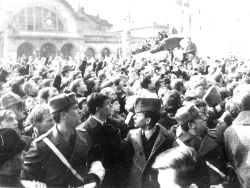 Hunderte von Menschen versammelten sich auf dem Platz vor dem Hotel 'Erfurter Hof' und skandierten 'Willy Brandt ans Fenster'. Sicherheitskräfte versuchten die Menge zu beschwichtigen.