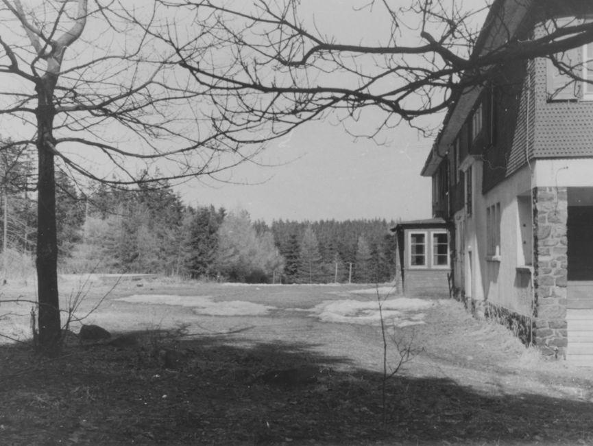 Am rechten Bildrand ist ein Teil des 'Eisenacher Haus', eine Abhörstationder Stasi, zu sehen.
