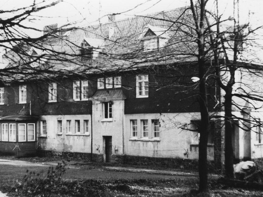Das 'Eisenacher Haus' mit bereits an der Fassade angebrachter Sicherheitsanlage (nach 1968).