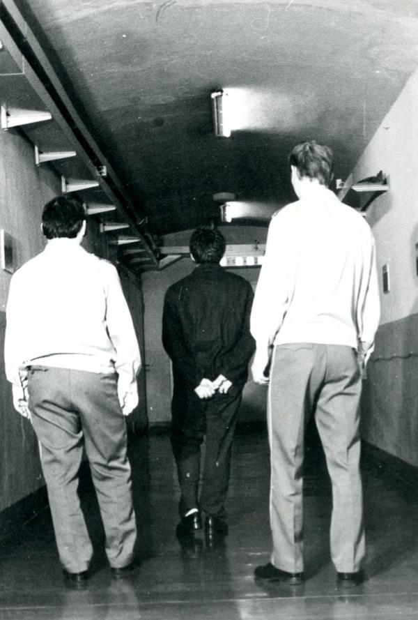 Inhaftierte Person im Zellenhaus.