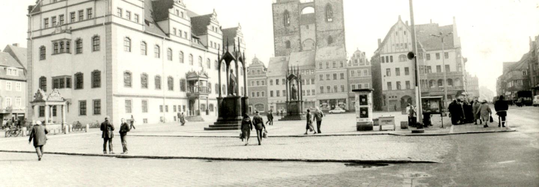 Marktplatz in Wittenberg mit Blick auf die Lutherhalle, das Lutherdenkmal und Stadtkirche.