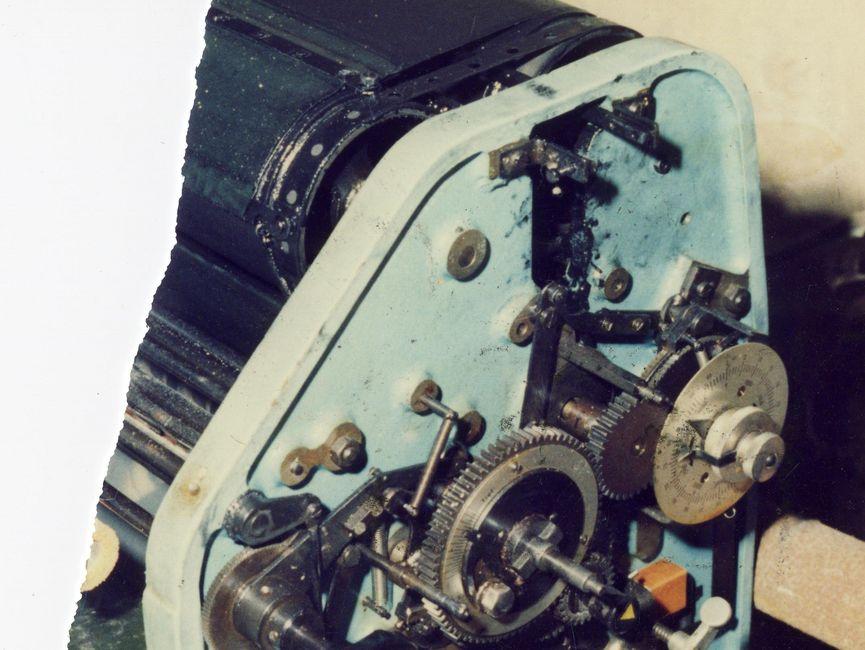 Zerrissenes Foto einer Druckmaschine im Keller der Umweltbibliothek vor einem Bücherregal.