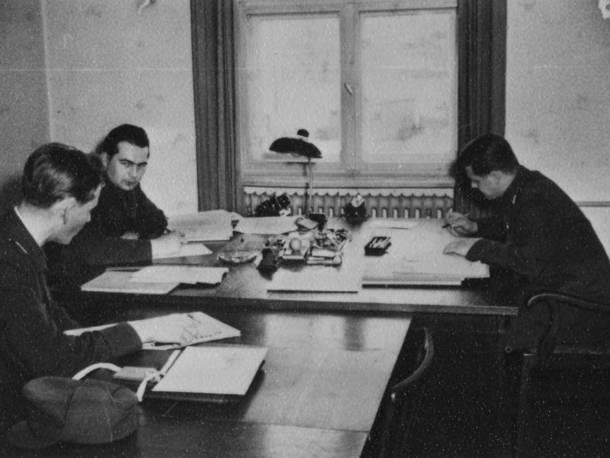 Drei Studenten der JHS arbeiten an Schreibtischen.