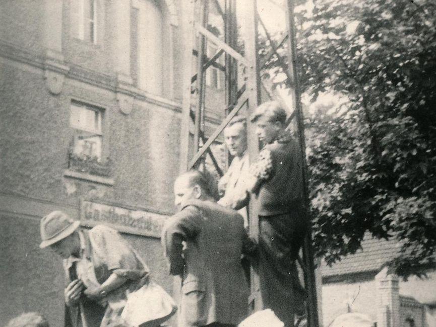 Ein weiteres Foto von Demonstranten auf einem öffentlichen Platz. Diese sind zum Teil auch einen Mast hochgeklettert.