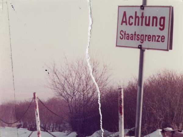 Schild mit der Aufschrift 'Achtung Staatsgrenze'