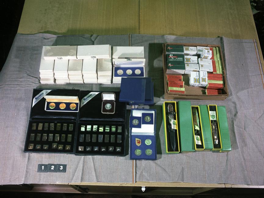 Die Aufnahme zeigt einen Teil eines großen Tisches. Im Hintergrund liegen einige Papiere und Akten.