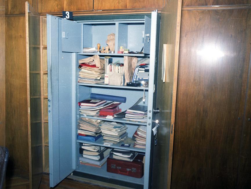 Das Bild zeigt einen geöffneten Panzerschrank in der sogenannten 'Ministeretage' in 'Haus 1' der Stasi-Zentrale