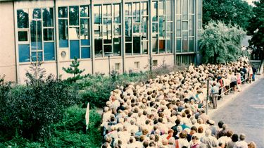 Blick auf eine Menschenschlange vor dem Tränenpalast am Bahnhof Friedrichstraße.