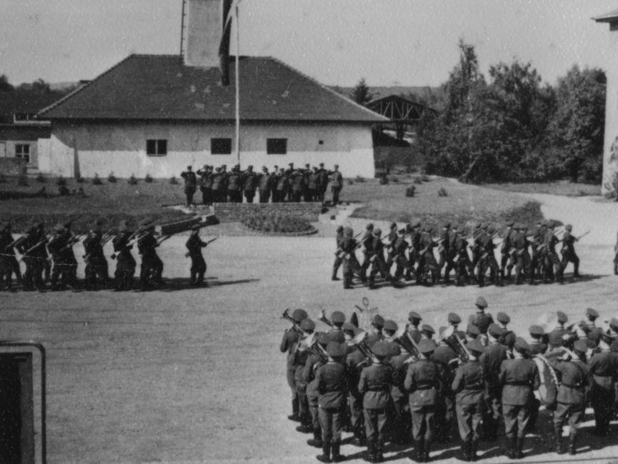 In Gruppen marschierende Stasi-Offiziere auf dem Gelände der Juristischen Hochschule in Potsdam