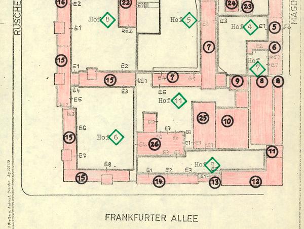 [Das Dokument zeigt eine Übersichtskarte der ehemaligen Stasi-Zentrale in Berlin-Lichtenberg. Die einzelnen Häuser sind rosa eingefärbt mit schwarzen Ziffern versehen, aus denen sich die Bezeichnung der Häuser ergeben, z.B. 'Haus 1'. Gleiches gilt für die Höfe, die grün gekennzeichnet sind. Der Häuserkomplex ist umrissen mit Straßennamen Ruschestraße (links), Normannenstraße (oben), Magdalenenstraße (rechts) und Frankfurter Allee (unten).]