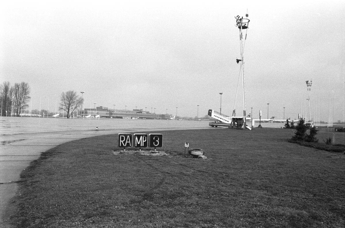 Rollfeld des Flughafen Schönefeld. Im Vordergrund sieht man ein Schild: 'Ramp 3'.