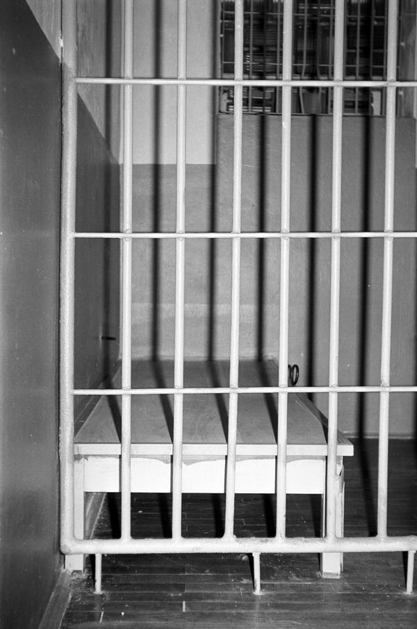 Zelle und Häftlings-Pritsche im 'Roten Ochsen'.