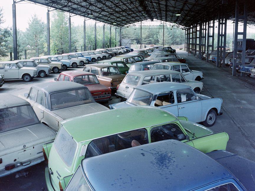Das Bild zeigt einen überdachten Abstellplatz für Autos.