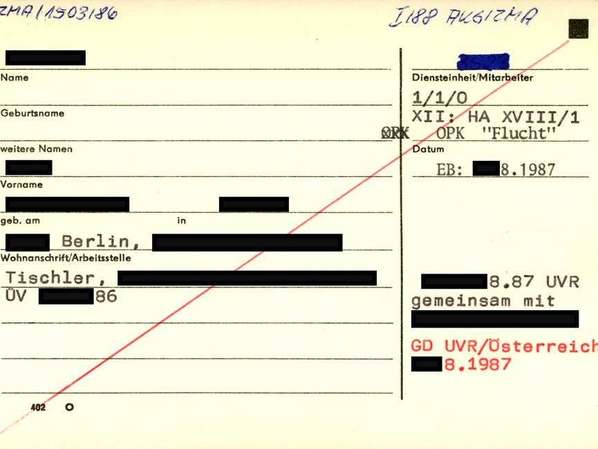 [Zu sehen ist eine gelbe Karteikarte des 'Formblatts 402'. Links oben wurde handschriftliche ein Verweis auf abgelegtes Material notiert. Das MfS vermerkte auf der linken Seite personenbezogene Daten wie Klarname und Geburtsdaten. Die Anschrift war ebenso erfasst wie die berufliche Tätigkeit und die Arbeitsstelle. Auf der rechten Seite wurde von der Abteilung XII der Hinweis auf die noch laufende Operative Personenkontrolle 'Flucht' der HA XVIII/1 erteilt. Darunter sind weitere Hinweise, die zum Anlegen dieser Karteikarte führten.]  [anonymisiert].08.87 UVR gemeinsam mit [anonymisiert]  [rote Schrift: GD UVR/Österreich [anonymisiert].08.1987]  [Die Karteikarte wurde diagonal mit einem roten Stift durchgestrichen.]