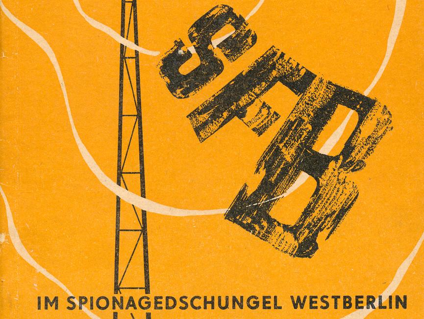 Titelblatt einer Broschüre des Außenministeriums der DDR. Zu sehen ist ein stilisierter Funkturm und dessen ausgehende Funkwellen, die Schriftzüge SFB und RIAS verbreiten. Der Untertitel lautet 'Im Spionagedschungel Westberlin'.
