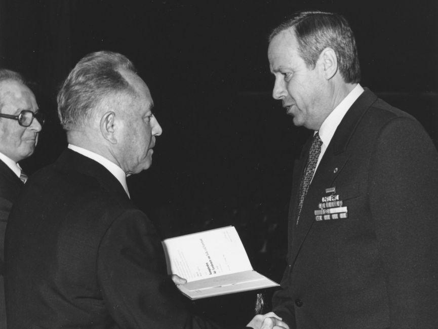 Willi Opitz (r.), Rektor der JHS in den letzten Jahren der DDR, zusammen mit Stasi-Minister Mielke (l.) und Rudi Mittig, Stellvertreter Mielkes ab 1975