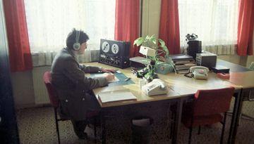 Stasi-Mitarbeiter beim Abhören eines Tonbands