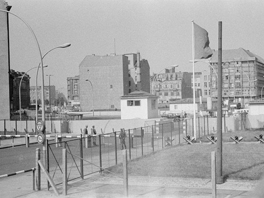 Zu sehen ist auf dem schwarz-weißen Lichtbild die Grenzübergangsstelle Heinrich-Heine-Straße mit dem Blick gen Berlin (Ost).