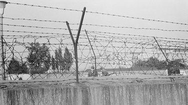 Aufnahme der Berliner Mauer mit Stacheldraht.